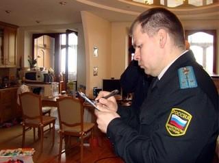 Угрозой вскрытия квартиры судебные приставы взыскали с томичей больше миллиона рублей