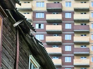 135 аварийных домов Омска расселят до 2025 года