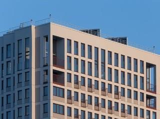 На крыше новостройки застройщик установил солнечные коллекторы